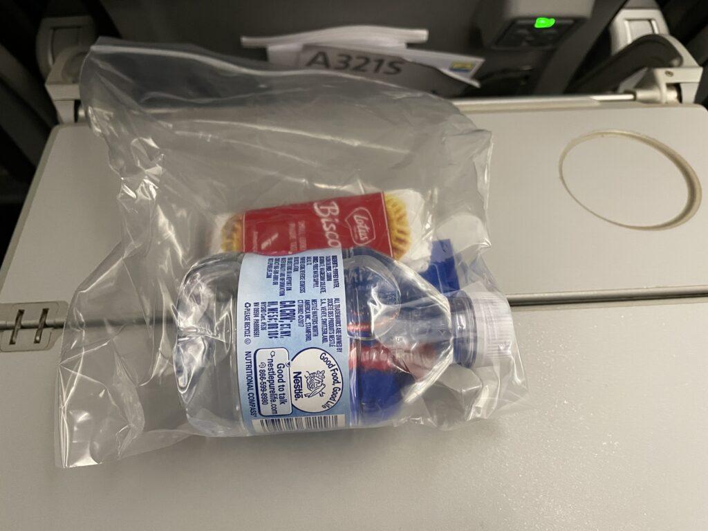 ビニール袋に入ったペットボトル水